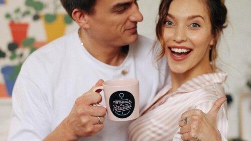 Влад Топалов поділився забавним новорічних фото з дружиною і сином