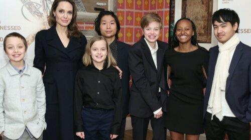 """""""Я учу их прислушиваться к ущемленным"""": Анджелина Джоли решила объяснить детям про структурированый расизм"""
