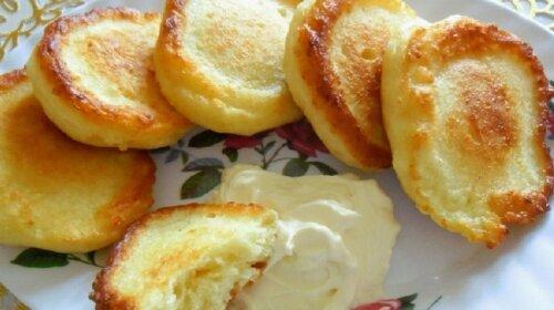 Бабушкины творожники: что-то среднее между сырниками и оладьями