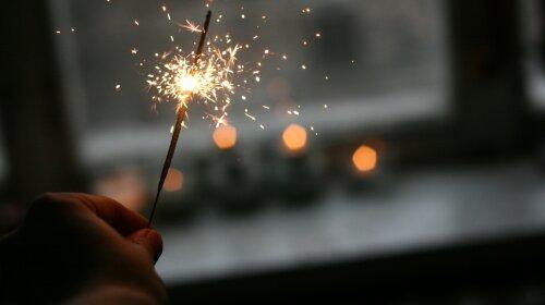 Чтобы год поскорее закончился: вдохновляющая подборка музыки для новогднего настроения — долой хандру