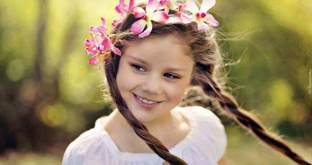 211628_dziewczynka_usmiech_warkocze_wianek_rozmycie