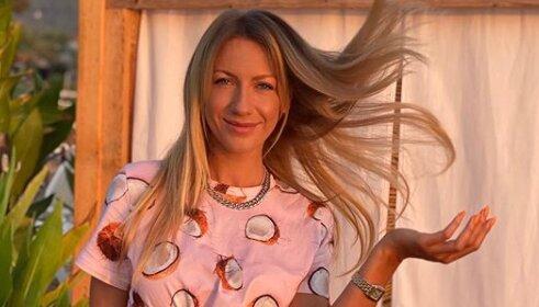 У смугастих брюках-палаццо і модному капелюсі: Леся Нікітюк захопила яскравим образом на відпочинку в Туреччині (фото)