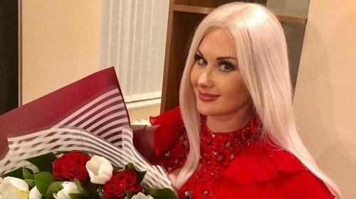 Блондинка в красном: Екатерина Бужинская показала роскошный образ с широкими брюками и длинным пальто (фото)