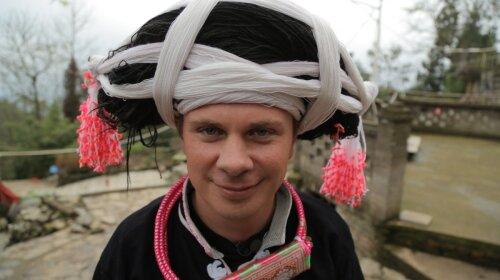 """В новой серии """"Мира наизнанку"""" Дмитрий Комаров попадет в древнее китайское племя Мяо, члены которого носят парики из волос умерших предков"""