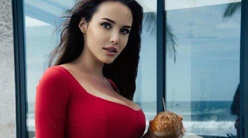 Заявлявшая о шестом размере груди, Анастасия Решетова впервые показала фигуру в купальнике после родов (ФОТО)