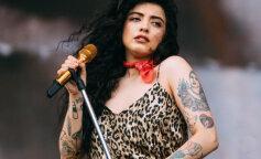 Известная певица показала обнаженную грудь в знак протеста (ФОТО)