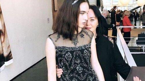 У молодой девушки появились седые пряди: дочь Ларисы Гузеевой напугала публику видом после нервного срыва (ФОТО)