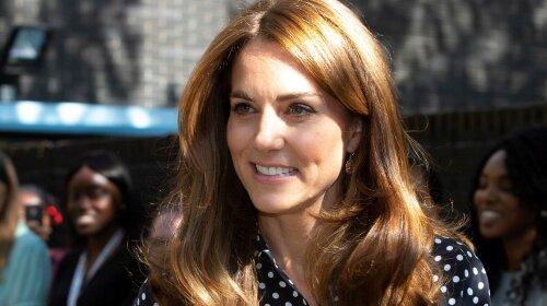 В блузі в білий горошок: Кейт Міддлтон відвідала центр допомоги молодим матерям