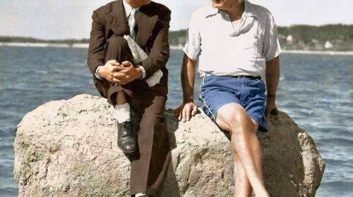 Альберт Эйнштейн на пляже в женских сандалиях