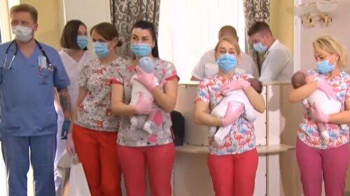 Дождались: в Киеве родители-иностранцы встретились со своими малышами, рожденными от суррогатных матерей