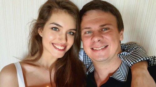 В яркой шубке из искусственного меха: молодая жена Дмитрия Комарова блеснула стильным зимним нарядом (фото)