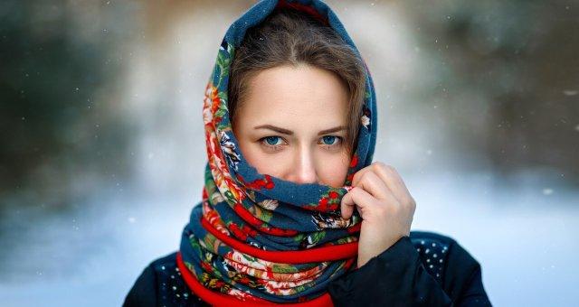 Blue-eyes-girl-scarf-snowy-winter_1920x1200
