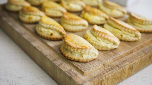 Как приготовить домашние сочники:  простой и очень удачный рецепт -  вкусная  творожная начинка и нежное рассыпчатое тесто