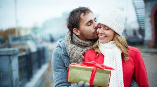 Что подарить девушке на Новый год 2020: список вещей, от которых она будет в восторге