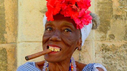 Стильно, модно, молодіжно: пенсіонерка з Куби знайшла оригінальний спосіб захисту від коронавіруса