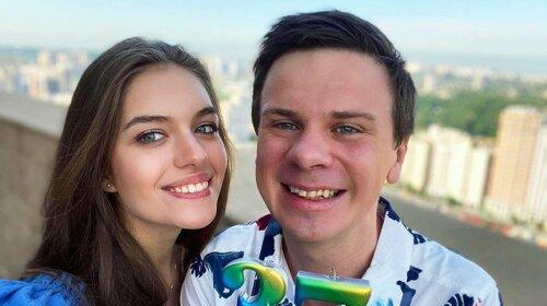 Ніяких стразів і латексу: Молода дружина Комарова продемонструвала стильний осінній лук