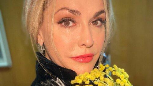Погруддя Ольги Сумської випав з глибокого декольте шикарного плаття - фото