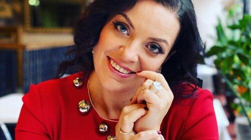 В пір'ї і шпильках: стрункіша Наталія Холоденко вразила незвичайним вбранням у голлівудському стилі