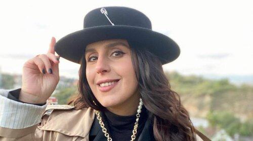 В елегантному костюмі і капелюсі з декором: нещодавно народила Джамала розкрила секрет свого феноменального перетворення після пологів (фото)