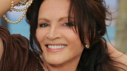Модна зачіска і яскравий колір волосся: 73-річна Софія Ротару захопила стильним перетворенням (фото)