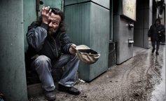 Родители бросили двоих детей, и о них заботился бездомный