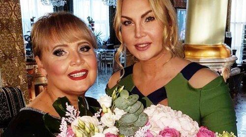 Камалия в вечернем платье и шикарных украшениях поздравила маму с Днем рождения
