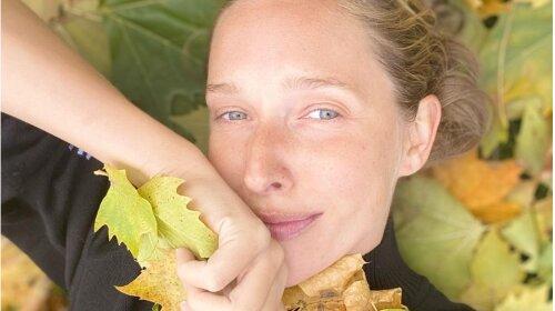 Осень с яркими красками: Катя Осадчая впечатлила стильным повседневным образом с брюками и модной стеганой курткой (фото)