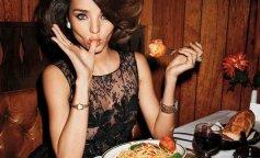 Miranda-Kerr-eating-pasta