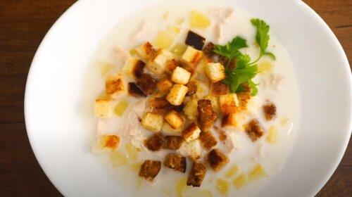 Согреет даже в самые лютые морозы: ароматный сырный суп из курочки и плавленных сырков с хрустящими сухариками