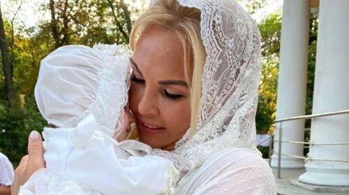 В белом платье и кружевном платке: Камалия стала крестной мамой четвертый раз