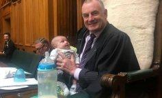 Спикер парламента Новой Зеландии кормил и нянчил младенца во время заседания