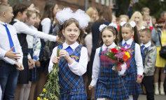 Сеть рассмешил нелепый букет школьницы на День знаний (фото и видео)