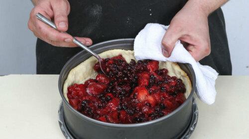 Швидкий пісочний пиріг зі свіжими ягодами – мало тіста, багато начинки