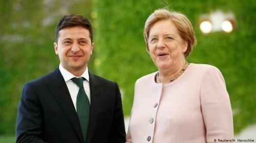 Сеть рассмешило видео с Ангелой Меркель, играющей своей туфлей на нормандском саммите