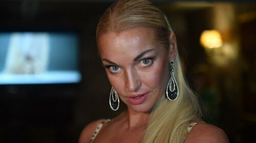 """Скандальная Волочкова в облегающем наряде разлеглась на диване – поклонники """"онемели"""" от ее позы"""