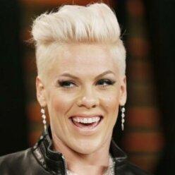 Постаревшая Pink появилась на премии People's Choice Awards с детьми и мужем