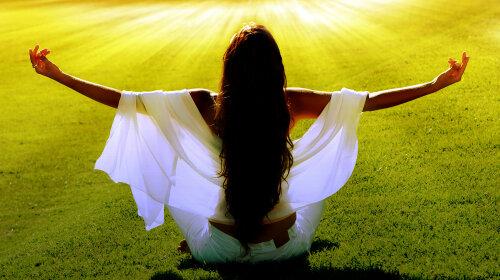 dreamstime_xl_woman_meditating_in_field_solar_beams_13961069_opti