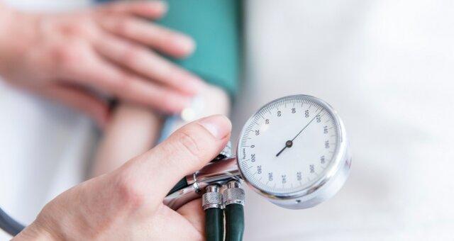 Медики рассказали, кому необходимо регулярно измерять артериальное давление
