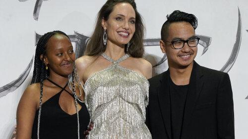 Розкішна Анджеліна Джолі з'явилася на прем'єрі в Токіо в шикарній сукні з бахромою з бісеру
