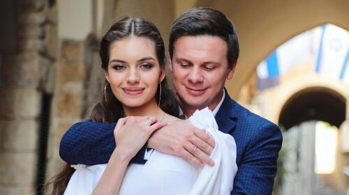 Ребёночка не хватает: молодая жена Комарова показала идеальный family look для семейного вечера