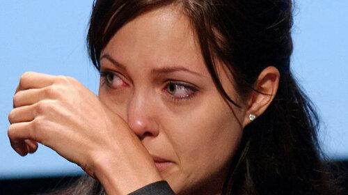 Последствия потрясения? Джоли отказалась от привычного образа и показала стрижку-ежик — что с ней случилось