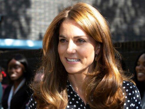 В блузе в белый горошек: Кейт Миддлтон посетила центр помощи молодым матерям