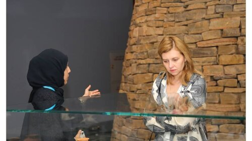 Елена Зеленская в пляжных шлепках и кюлотах посетила музей в Омане: эксклюзивные фото первой леди Украины