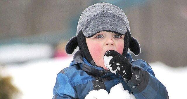смешные дети, фото, видео, подборка, зима, едят снег