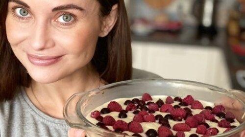 Без выпечки и лишних калорий: рецепт полезного творожного десерта от Анны Пановой