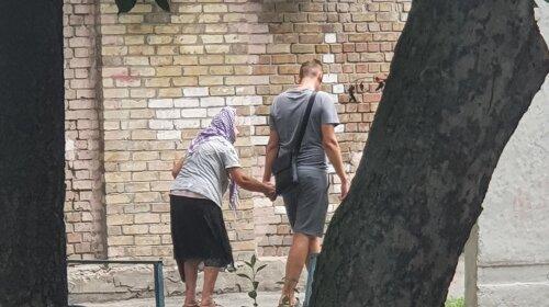 Просит купить мороженое и прокатить на такси: в Киеве орудует хитрая бабушка-аферистка (ВИДЕО)