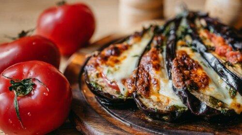 Баклажан с помидорами и сыром: вкуснейшая закуска за 15 минут