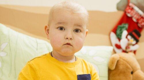 """""""Мама никогда не видела Славика с волосами"""": история 2-летнего малыша, которому нужна помощь"""