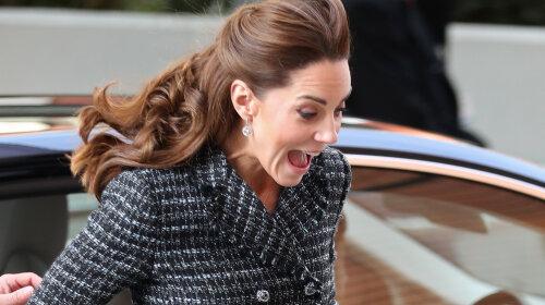 Королівський конфуз: Кейт Міддлтон не втримала спідницю під сильними поривами вітру і мало не засвітила труси (забавні фото)