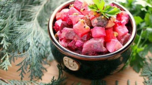 Простое блюдо из свеклы, яблок и селедки - отличная закуска за 15 минут